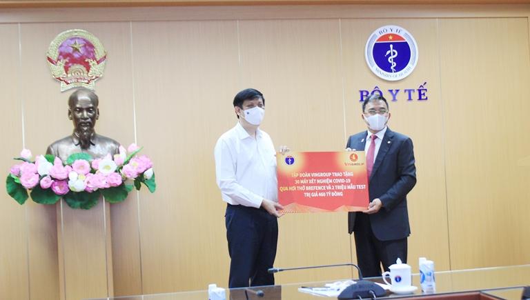 Tập đoàn Vingroup trao tặng Bộ Y tế 30 máy xét nghiệm COVID-19 qua hơi thở